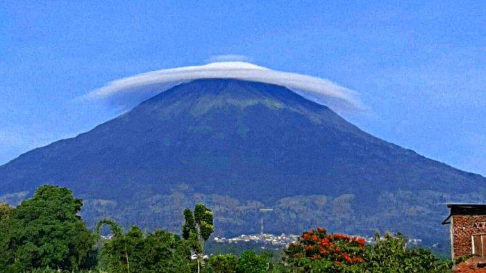 Prakirawan Cuaca Jelaskan Fenomena Awan Caping di Atas Gunung Sindoro 25 April 2020