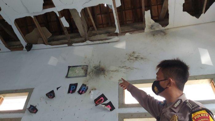 Babinkamtibmas Polsek Buaran melihatkan lokasi ledakan petasan yang menewaskan satu orang meninggal dunia dan 4 orang mengalami luka berat.