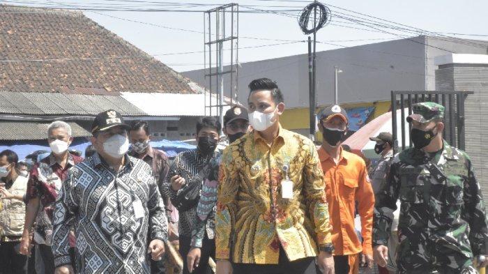 Bupati Dico dan Forkompinda Kendal Bagikan Paket Sembako di Pasar Pagi Kaliwungu