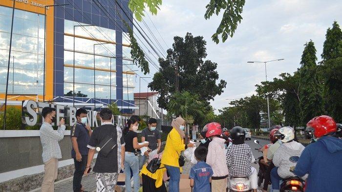 BEM dan Mahasiswa STIE Bank BPD Jateng Berkolaborasi Bagi Takjil