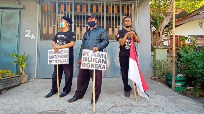 Bajo Penantang Gibran Daftar KPU Solo, Pendukung Bawa PosterTertulis: Kami Bukan Boneka