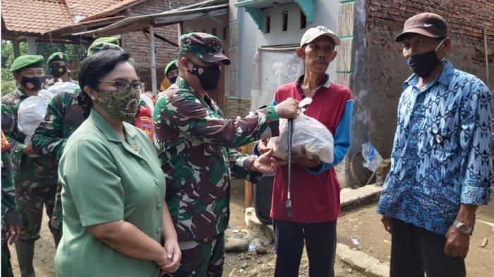 Komandan Kodim 0710 Pekalongan Letkol Czi Hamonangan Lumban Toruan (tengah) memberikan bansos di Dusun Simonet, Desa Semut, Kecamatan Wonokerto, Kabupaten Pekalongan.