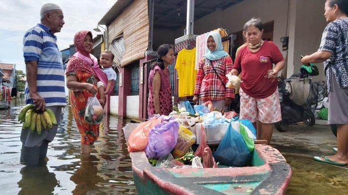 Bakul Sayur Keliling Pekalongan Pilih Pakai Perahu, Sensasi Pasar Apung dalam Kampung