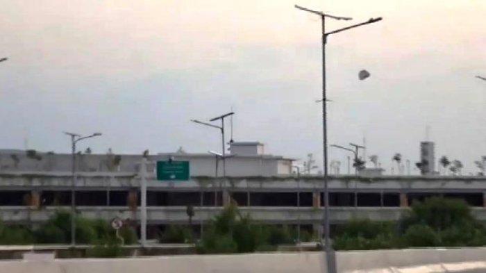Viral Balon Udara Raksasa Jatuh di Kawasan Bandara Ahmad Yani Semarang