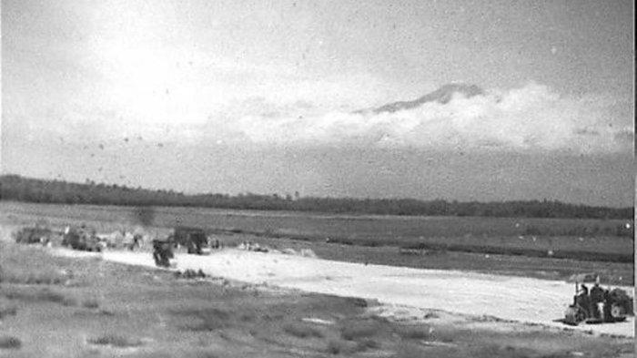 Korps Genie/Zeni KNIL tanggal 31 Januari 1948sedang menciptakan landasan pacu yang lebih baik, sehingga pesawat yang lebih berat dapat mendarat di lapangan ini. Sumber : Fotocollectie Dienst voor Legercontacten Indonesie