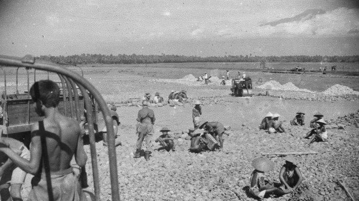 Pembangunan/pengerasan landasan pacu sepanjang 400 meter, Korps Zeni KNIL melibatkan ratusan warga setempat untuk mengerjakannya, tanggal 31 Januari 1948. Sumber : Fotocollectie Dienst voor Legercontacten Indonesie