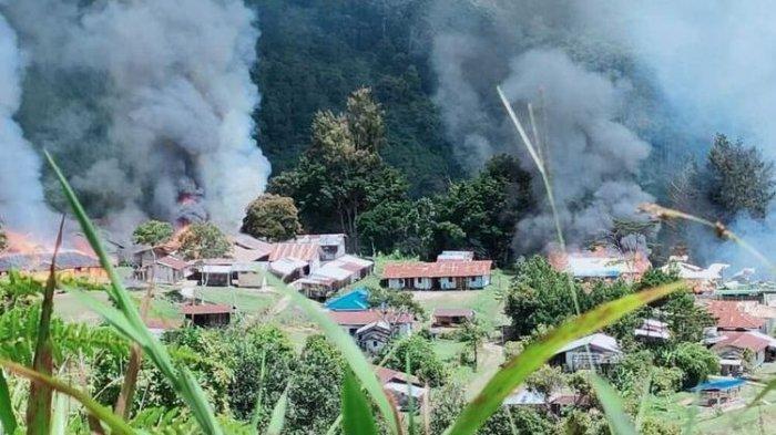 Kebulan asap yang berasal dari sejumlah bangunan yang dibakar KKB di Distrik Kiwirok, Kabupaten Pegunungan Bintang, Papua, Senin (13/9/2021).