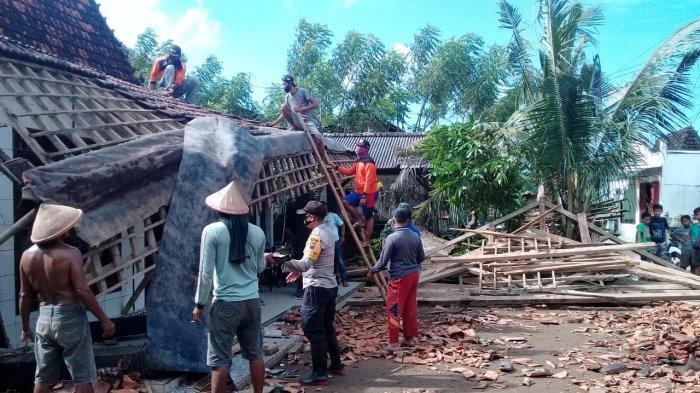 Warga bersama personel TNI-Polri membereskan puing-puing rumah warga di Dukuhseti yang kemarin roboh diterjang banjir bandang dan angin kencang.