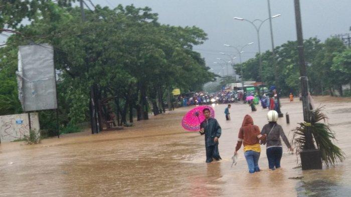 Banjir di Mangkang menyebabkan jalur pantura terputus sehingga arus lalulintas lumpuh total, Sabtu (6/2/2021)