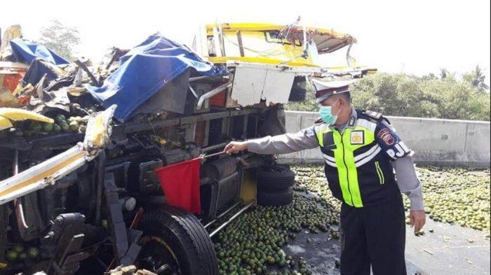BREAKING NEWS: Kecelakaan 2 Truk di Pekalongan,  Banjir Buah Jeruk di Tol Pemalang-Batang