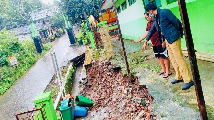 Jajaran Disdikbud Kendal melakukan pengecekan sekolah yang terdampak longsor, Minggu (7/2/2021).