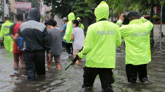 Evakuasi tahanan dari Polsek Semarang Utara ke Polsek Gajahmungkur Kota Semarang karena kondisi tahanan terendam banjir, Sabtu (6/2/2021). Pemindahan dilakukan dengan penjagaan ketat.