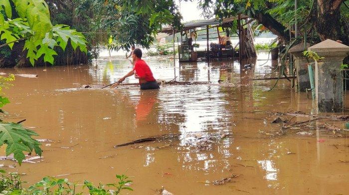 Banjir yang terjadi di Kampung Sewu, Kecamatan Jebres, Solo menggenangi rumah warga, Kamis (4/2/2021). Tribun Jateng/Muhammad Sholekan