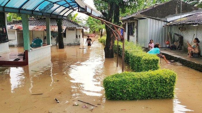 Banjir yang terjadi di Kampung Sewu, Kecamatan Jebres, Solo menggenangi rumah warga, Kamis (4/2/2021).