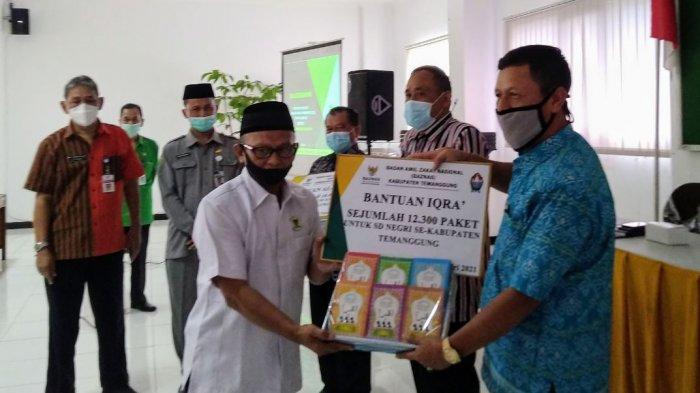 Pemberian simbolis Al Quran, buku tuntunan salat, dan buku Iqra dari Baznas Temanggung kepada pengurus SD, Rabu (3/2/2021) di aula Dindikpora Temanggung.