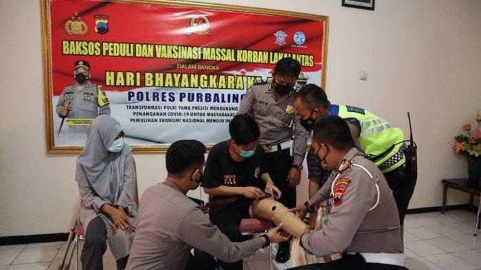 Polres Purbalingga Berikan Kaki Palsu ke Korban Kecelakaan Lumpuh