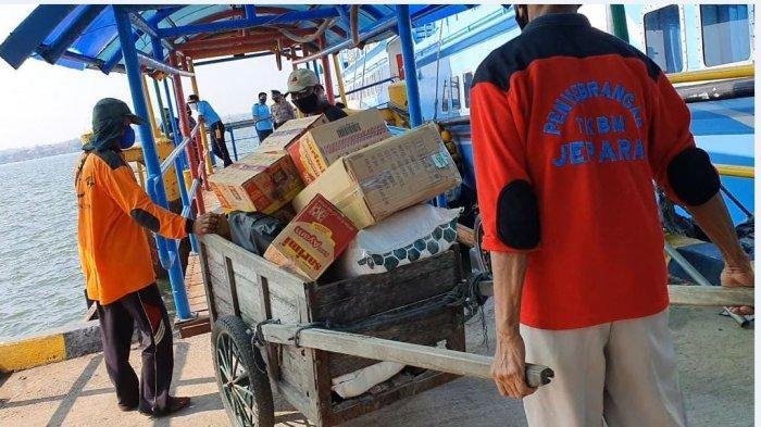 Terima Keluhan Warga Kesulitan Logistik, Ketua DPRD Jepara Kirim Bantuan ke Karimunjawa