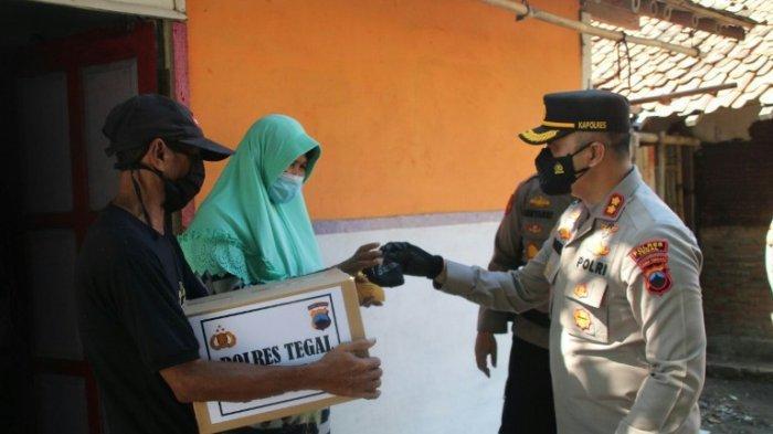 Blusukan, Kapolres Tegal Berikan 150 Paket Sembako Pada Nelayan yang Terdampak PPKM Darurat