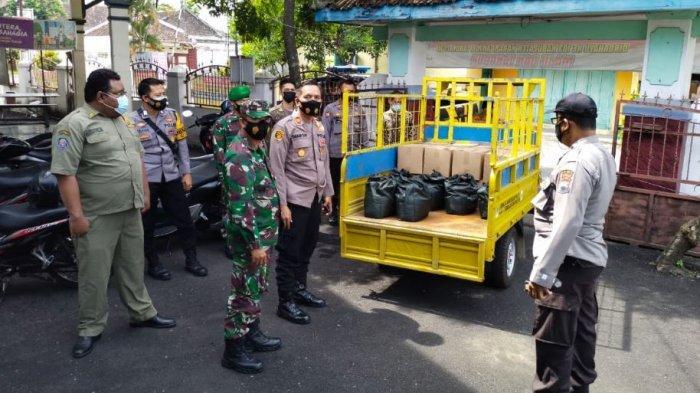Forkopimcam Kecamatan Colomadu Kabupaten Karanganyar memberikan bantuan sembako bagi warga yang menjalani isolasi mandiri di Desa Paulan.
