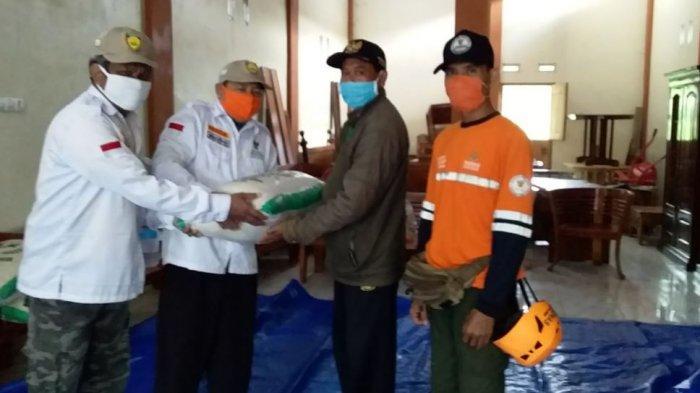 Wakil Bupati Kendal terpilih Windu Suko Basuki memberikan bantuan beras kepada warga terdampak banjir di Kelurahan Langenharjo, Senin (8/2/2021).