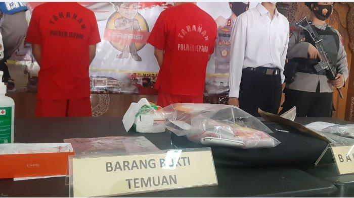 Kapolres Jepara AKBP Warsono (tengah) menunjukkan barang bukti dari dua tersangka pengedar sabu yang ditangkap Satresnarkoba Polres Jepara.