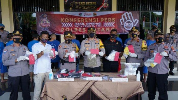 Kapolres Batang AKBP Edwin Louis Sengka didampingi Kasatresnarkoba IPTU Bambang Tunggono menunjukkan barang bukti narkoba saat konferensi pers di Lobi Mapolres Batang, Kamis (8/3/2021).