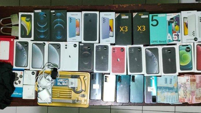 Barang bukti puluhan handphone yang dicuri yang diamankan di Mapolresta Banyumas, Selasa (25/5/2021).