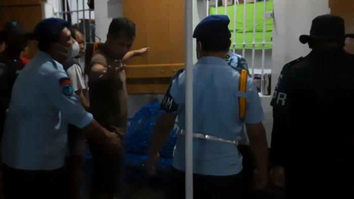 Kamar Warga Binaan Digeledah, Petugas Temukan Handphone hingga Senjata Tajam