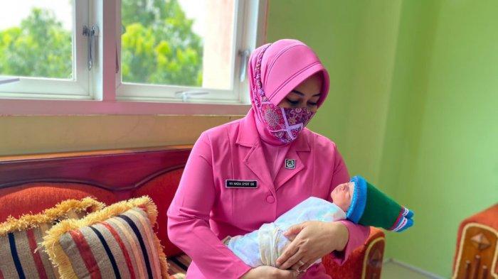 Ketua Bhayangkari Wonogiri Jenguk Bayi Cantik Dibuang dalam Kardus Mi Instan