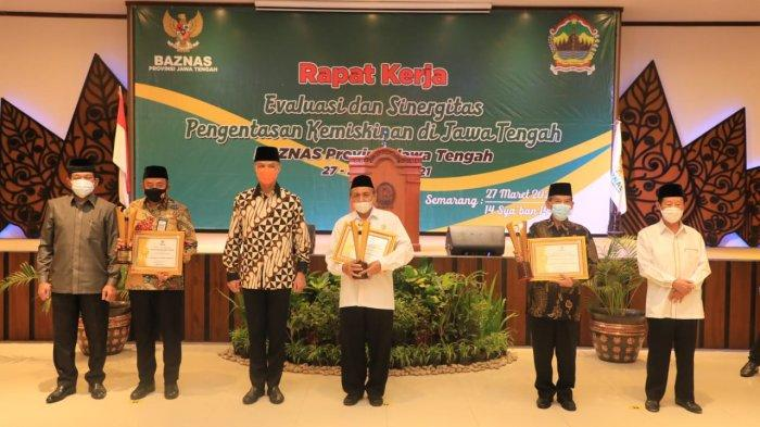 Bupati Tatto Suwarto Pamuji berfoto bersama dengan Gubernur Jawa Tengah beserta Ketua BAZNAS RI Noor Achmad dan juga para penerima penghargaan lain.