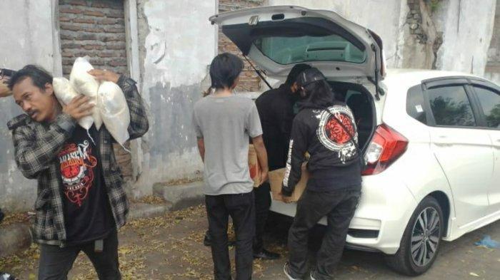 Beberapa komunitas peduli hewan jalanan memberikan bantuan berupa sembako dan uang ke Mbah Sriah. Bantuan diberikan setelah mereka tergugah dengan semangat berbagi Mbah Sriah terhadap hewan jalanan di gubuknya di TPS Petudungan Purwodinatan, Semarang Utara, Kota Semarang, Minggu (13/9/2020).