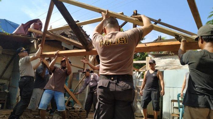 Peringati HUT Bhayangkara, Kapolsek Gunungwungkal Pimpin Anggotanya Bedah Rumah Mbah Surip