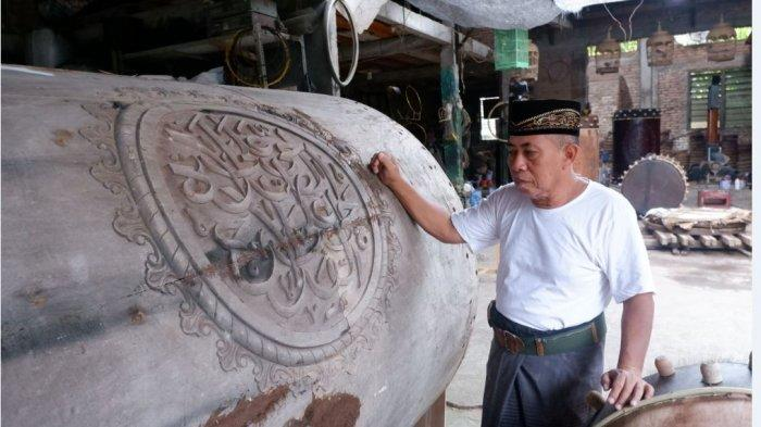 Mushofa menunjukkan bedug ukuran 160 meter yanh sedang ia kerjakan. Kata dia, bedug tersebut akan dikirim ke Maluku.