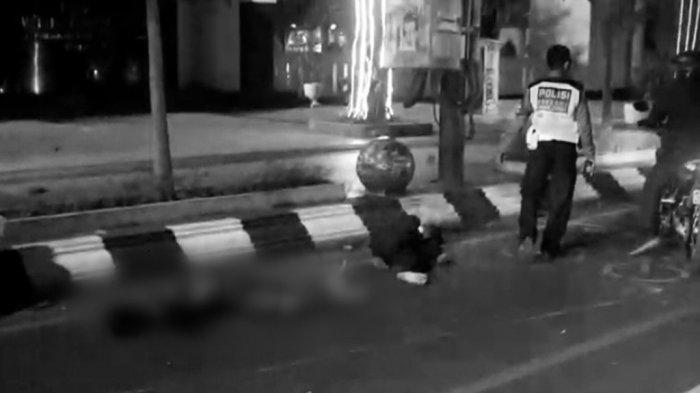 Potongan video dua orang tergeletak setelah ditendang pelaku begal di Jalan Pemuda. Satu diantaranya meninggal dunia.