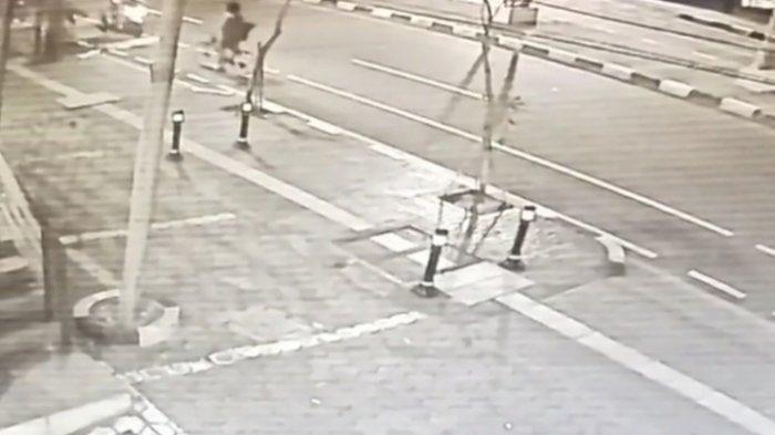 TEREKAM CCTV: Begal Bacok Pesepeda  di Panglima Polim, Korban Luka di Bagian Perut