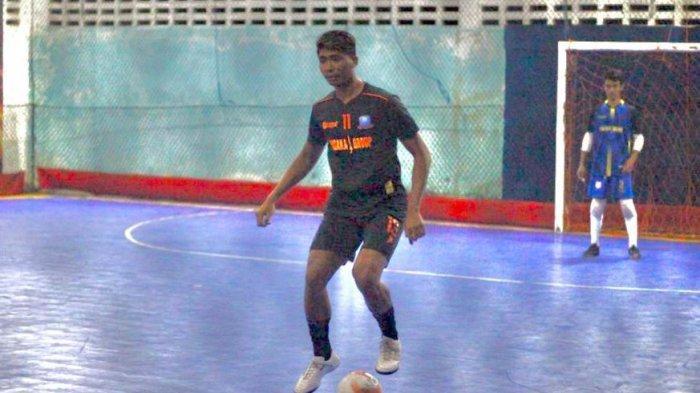 Jaga Kondisi, Bek PSIS Semarang Rio Saputro Jajal Olahraga Futsal