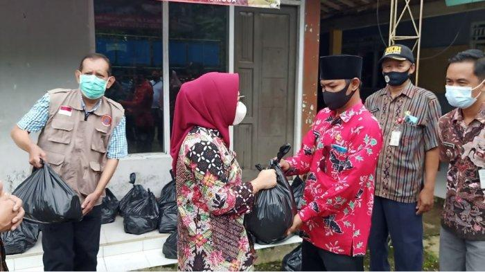 Bupati Purbalingga, Dyah Hayuning Pratiwi saat meninjau bencana alam tanah bergerak di Desa Banjaran, Kecamatan Bojongsari, Kabupaten Purbalingga pada Kamis (14/1/2021).