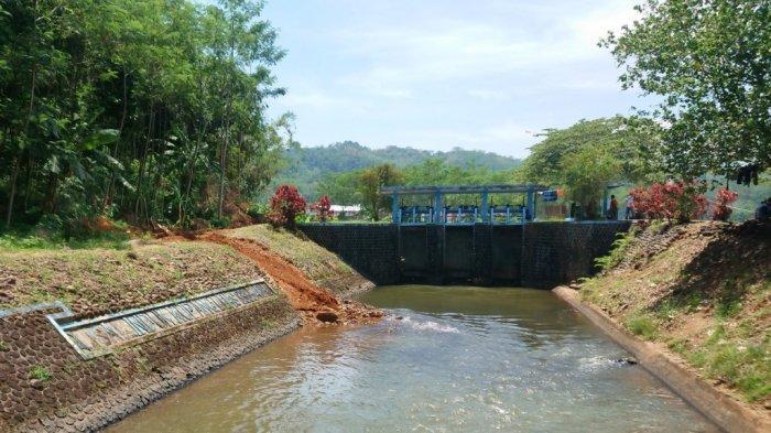 Bendungan Sungai Kupang yang menjadi pemisah antara Kabupaten Batang dan Kabupaten Pekalongan, Senin (19/10/2020).