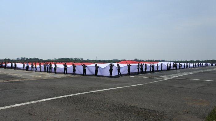 Anggota Polda Jateng Bentangkan Bendera Merah Putih Terlebar, Beratnya Capai 3 Ton