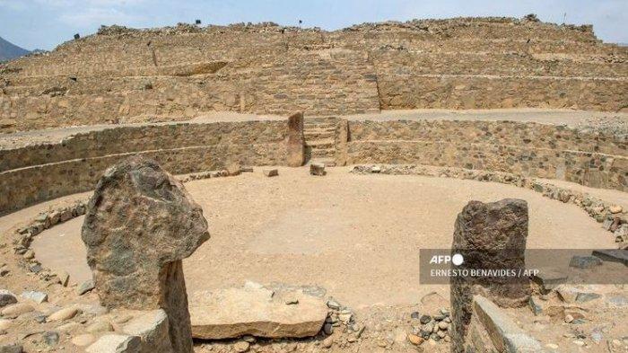 Bentuk salah satu amfiteater di kompleks arkeologi Caral di Supe, Peru, pada 13 Januari 2021. Pandemi virus corona mengancam kelangsungan peninggalan kota tertua di benua Amerika berusia 5.000 tahun ini, karena mulai dijamah warga sekitar.