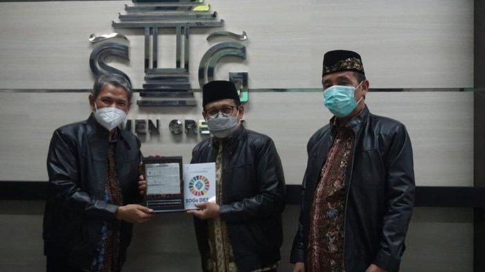 Berbagi cinderamata, Menteri Desa PDTT Abdul Halim Iskandar (tengah) memberikan kenang-kenangan dari Kementrian Desa PDTT kepada Direktur Keuangan dan SDM PTSG Muchamad Supriyadi (kiri).