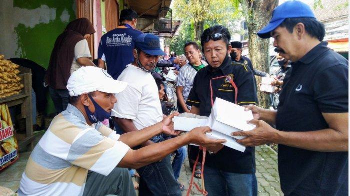 Berbagi nasi kotak di tengah pandemi Covid-19 kepada warga yang membutuhkan Temanggung, Selasa (23/2/2021).
