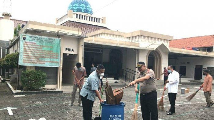 Kompol Hary Rutin Bersihkan Masjid Cegah Klaster Covid-19 di Kota Semarang