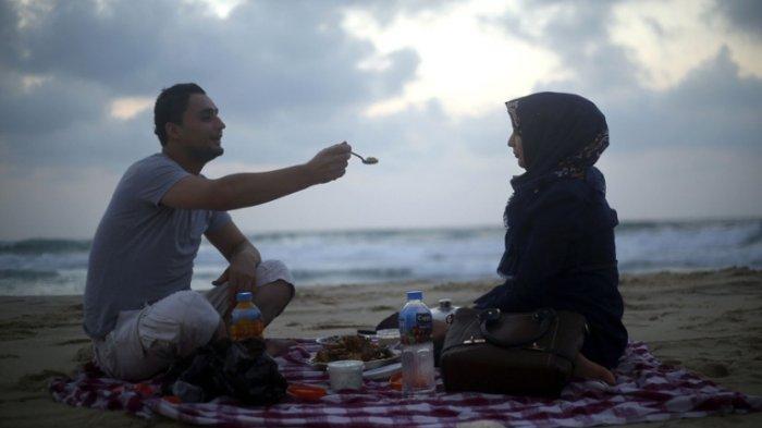 Suami Istri Tidak Boleh Bersetubuh Siang Hari Saat Puasa Ramadhan, Bagaimana pada Malam Hari?