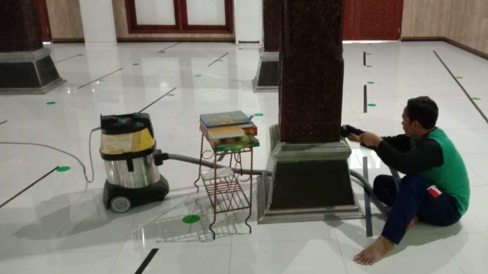 Masjid Agung Darul Muttaqin Batang Dibersihkan dan Disemprot Disinfektan