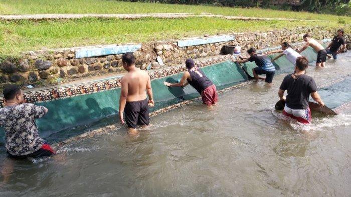 Warga gotong-royong bersihkan karpet, tikar dan sajadah musala atau masjid di aliran Sungai Karangondang, Kecamatan Karanganyar, Kabupaten Pekalongan, Jawa Tengah