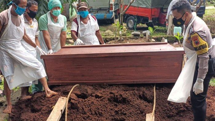 Bhabinkamtibmas Kelurahan Sendangguwo Bripka A. Endar Bayu Cahyono saat ikut menguburkan jenazah pasien Covid-19 di wilayah kerjanya.