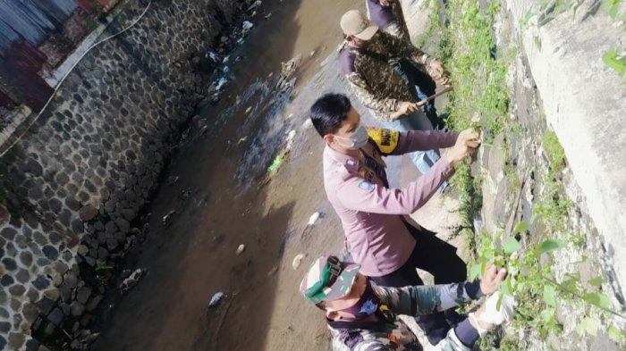 Cegah Banjir, Bhabinkamtibmas Peterongan Ajak Warga Resik-resik Kali