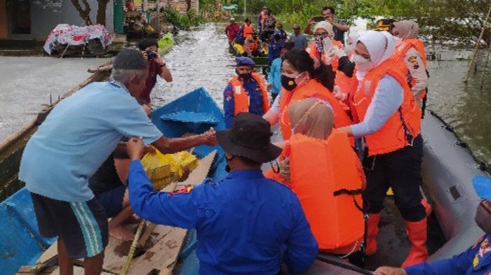 Banjir di Desa Banjarsari, Pati Belum Surut, Bhayangkari Berikan Ratusan Paket Bantuan