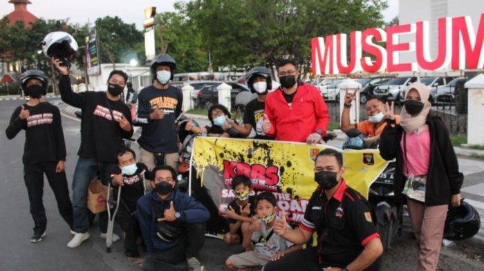 Anggota KBBS membagikan takjil ke pengguna jalan di beberapa lokasi di Kota Semarang, Minggu (9/5/2021) kemarin.